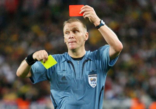 arbitro mostrando cartão amarelo